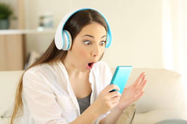 Девушку очень удивляют смартфоны