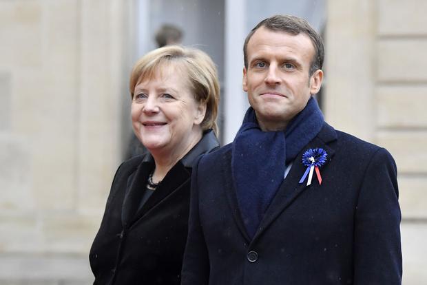 Фото №1 - Эмманюэля Макрона и Ангелу Меркель приняли за мужа и жену (видео)
