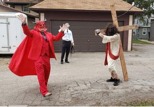 В Айове религиозные активисты выпороли Христа на глазах у хохочущего Сатаны (видео)