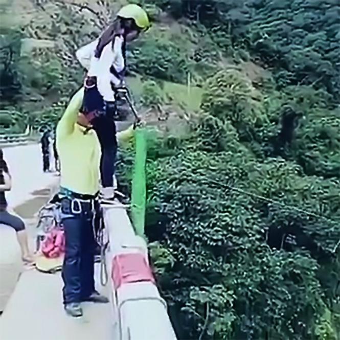 Фото №1 - Когда перед прыжком с моста не рассчитал длину веревки (видео)