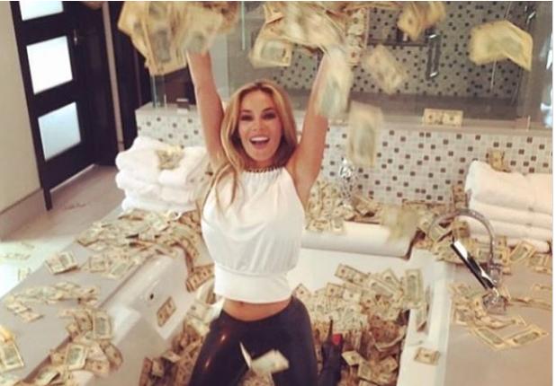 Фото №1 - Ванна из денег, золотое шампанское, личные самолеты и супертачки: чем хвастаются неприлично богатые люди