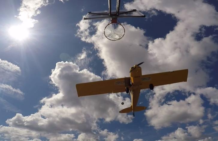 Фото №1 - Точный бросок мяча в баскетбольную корзину из летящего самолета (видео)