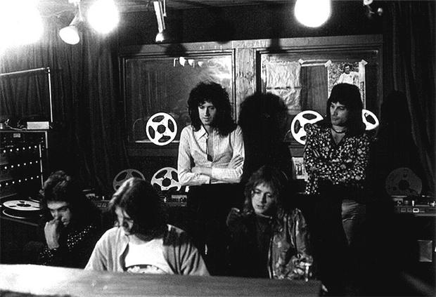Queen в студии, 1975 год