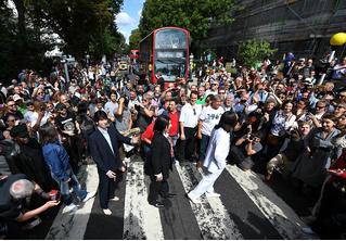 Тысячи людей собрались на переходе Abbey Road в честь юбилея обложки The Beatles (фото, видео)