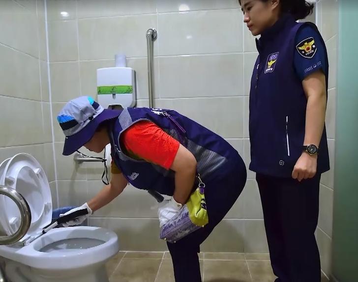 Фото №1 - В Сеуле вынуждены каждый день проверять общественные туалеты на предмет скрытых камер