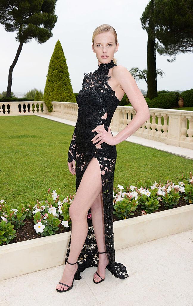 Фото №4 - Знаменитости поддержали новый тренд «вагино-платья»!
