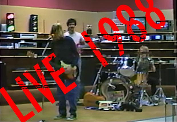 Фото №1 - В Сети появилась полная запись одного из первых концертов Nirvana