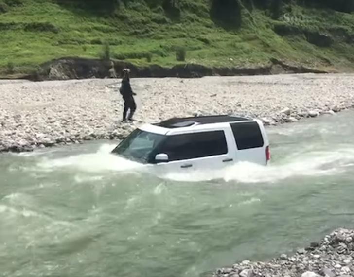 Фото №1 - Мужик решил сэкономить на мойке своего Land Rover, и быстро пожалел! Поучительное ВИДЕО