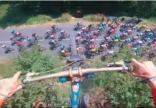 Безбашенный велосипедист перепрыгнул гонку «Тур де Франс» (видео с трех ракурсов)
