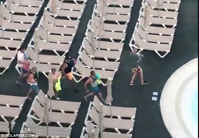 Фото №1 - Сэр, вы жлоб! Как чопорные британцы ведут себя на канарском курорте (постыдное видео)