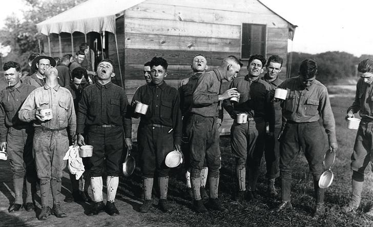 Американские рабочие тоже полощут горло. Нью-Джерси, 1918 год
