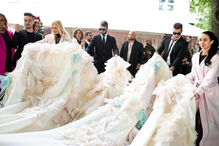 Фото №2 - Ах эта Нелли: ведущая RU.TV устроила себе огромную свадьбу