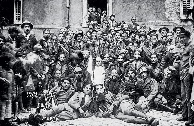 Верные Габриэле солдаты с ножами во рту