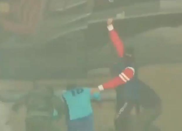 Фото №1 - Вооруженные люди на вертолете схватили футболиста прямо посреди матча. Но все не так просто (видео)