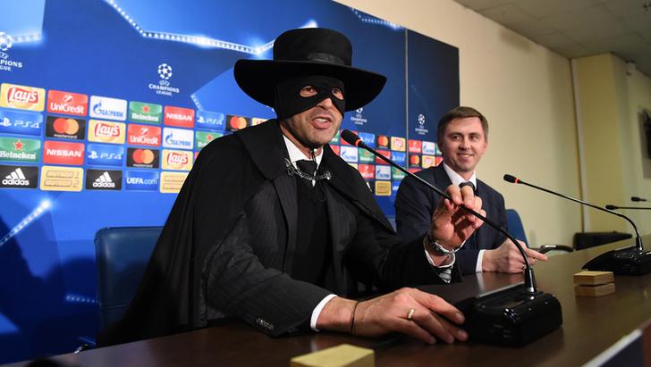 Фото №1 - Украинский футбольный тренер явился на пресс-конференцию в костюме Зорро (упоительные ФОТО + ВИДЕО)