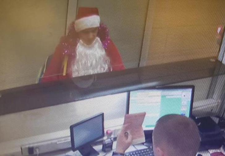 Фото №1 - Житель Ижевска нарядился Дедом Морозом, чтобы улететь в Грузию по чужим документам