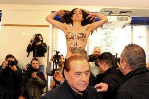 Фото №2 - Приходит, значит, Берлускони на выборы — а на него полуголая активистка как выскочит! (Оголтелое ВИДЕО)