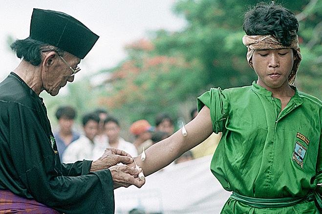 На Суматре юношам прокалывают руку