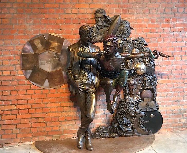 Фото №2 - Вот он, первый во Вселенной памятник Дэвиду Боуи! Поющий!