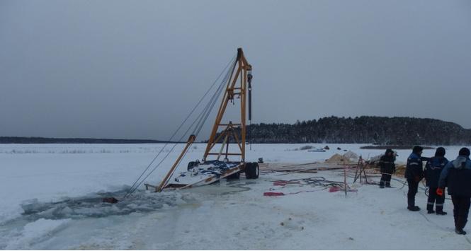 Трактор провалился под лед, пытаясь достать автокран, который пытался вытащить бензовоз