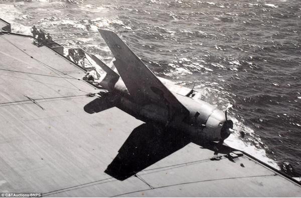 Американский истребитель Grumman Hellcat в ходе неудачного приземления соскальзывает в море
