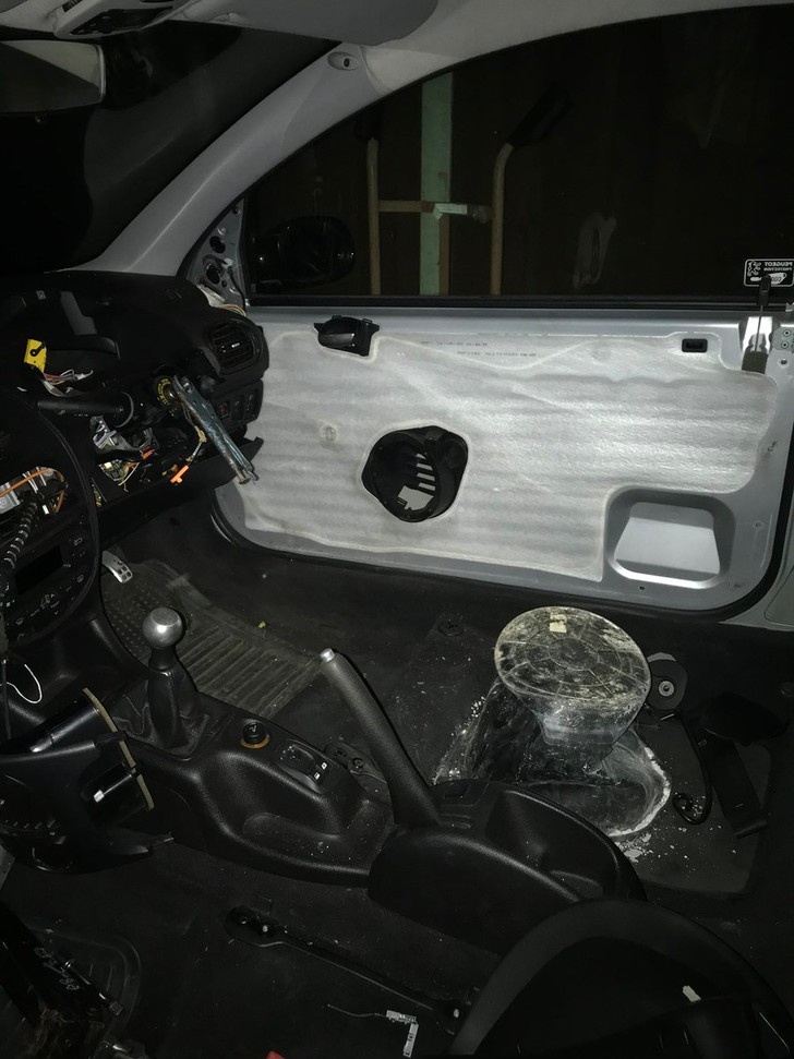 Фото №5 - Полиция остановила машину, глядь — а в ней водитель сидит на ведре и рулит плоскогубцами! (оторопелые ФОТО прилагаются)