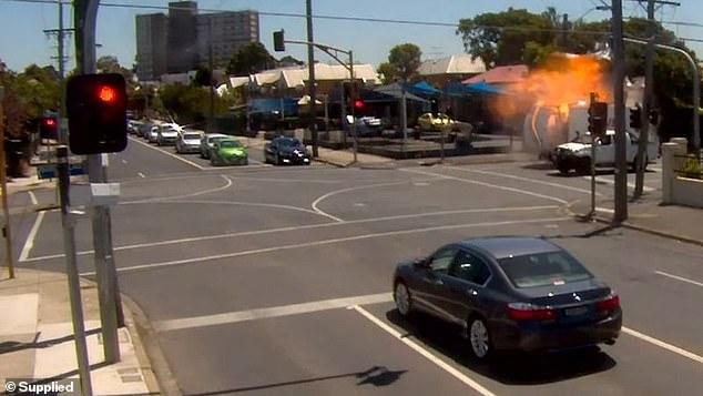 Фото №1 - «Путешественник во времени» растворился в воздухе за пару секунд до взрыва грузовика (Видео)