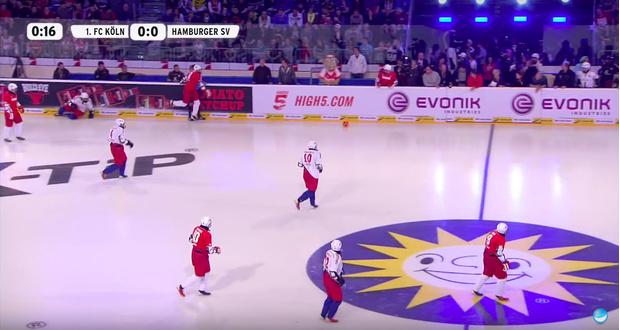 Фото №1 - Если есть хоккей на траве, бывает ли футбол на льду? Ты не поверишь! (ВИДЕО)