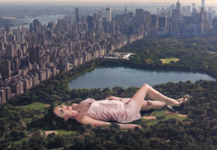 Фото №1 - Флешмоб «Рука вместо лифчика», обнаженная йога, Меган Фокс и другие самые сексуальные девушки этой недели