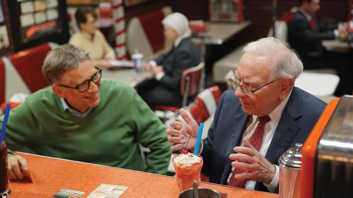 Фото №1 - Два человека с суммарным состоянием в бюджет небольшой страны обсуждают сладости (ВИДЕО)