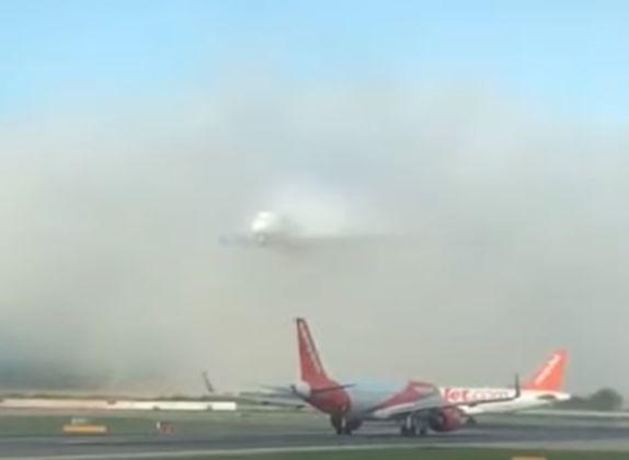 Фото №1 - Огромный самолет появляется будто из ниоткуда, как корабль-призрак (видео)