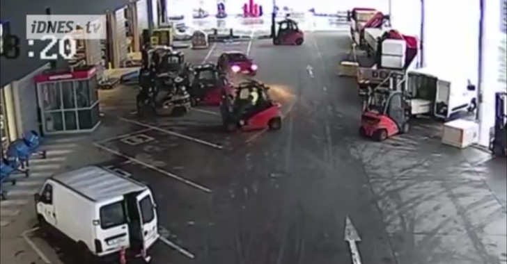 Фото №1 - В Чехии водители погрузчиков не дали скрыться трем грабителям (ВИДЕО)