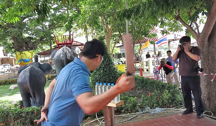 Фото №2 - Смотри, что вытворяет участник тайского чемпионата по резке ножом!