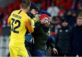 «Двойник Месси» выскочил на поле во время матча «Спартака», чтобы разобраться с Глушаковым (видео)