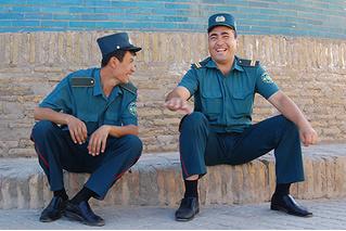 В Узбекистане полицейским официально запретили прятаться за деревья