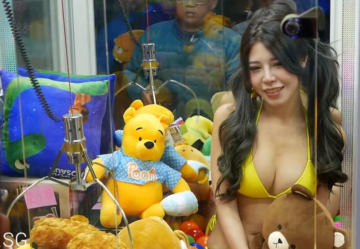 Фото №1 - Видео: девушка в бикини в автомате для вытягивания плюшевых игрушек
