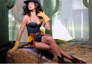 Наша соотечественница Ирина Шейк снялась в задорном видео в купальнике и ковбойской шляпе!