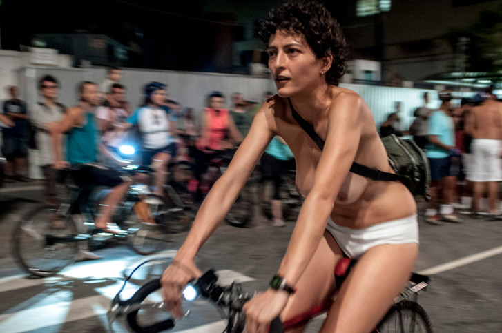 Фото №2 - Пылкие энтузиасты ударили голым велопробегом по несносным автомобилистам! (ВИДЕО)