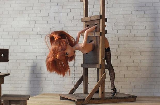 Фото №1 - Россиянин создал набор БДСМ-мебели для Барби