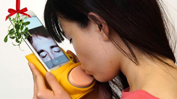 Фото №2 - В Великобритании сделали устройство для поцелуев на расстоянии