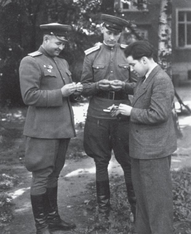 С советскими офицерами