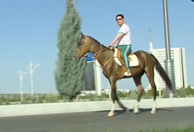 Президент Туркменистана проинспектировал стройку в Ашхабаде верхом на лошади (ВИДЕО)