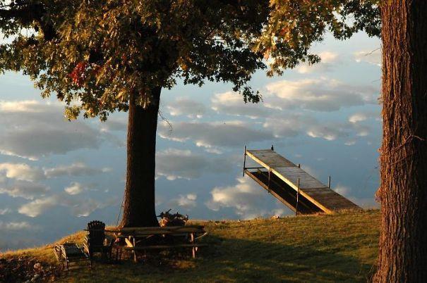 Увы, это не лестница в небо, а мостки на реке, в которой отражаются небесные облака.