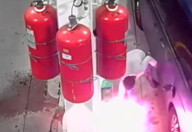 Фото №1 - Мужик поджег заправку и едва успел выскочить из адского пламени! ВИДЕО