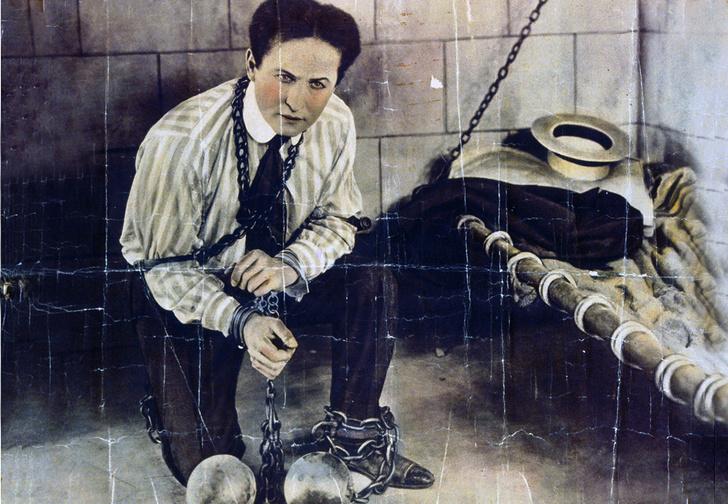 Фото №1 - 5 знаменитых фокусов Гарри Гудини, секрет которых удалось раскрыть