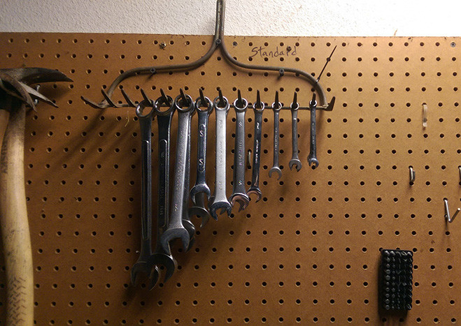 Упорядочи гаечные ключи в помощью вешалки