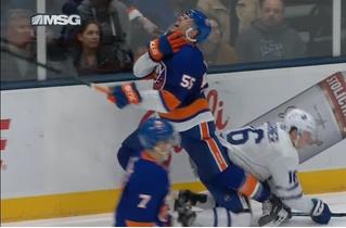Хоккеиста полоснули по горлу лезвием конька во время матча (видео)