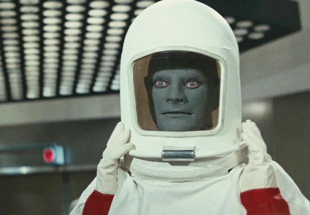 Фото №1 - Что будет, если космонавт или водолаз чихнет внутри скафандра?