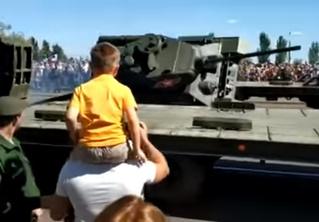 В Курске танк упал с помоста. Видео