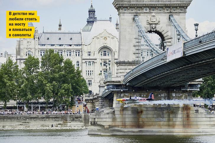 Фото №2 - Пилотный эпизод: посмотри, как виртуозно пролетает самолет под Цепным мостом в Будапеште!